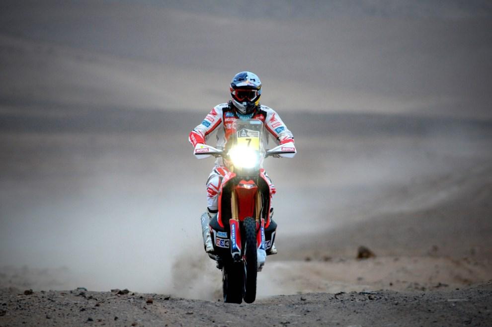 2.CHILE, Antofagasta, 15 stycznia 2014: Helder Rodríguez na trasie dziesiątego etapu Dakaru. EPA/ARIEL MARINKOVIC Dostawca: PAP/EPA.