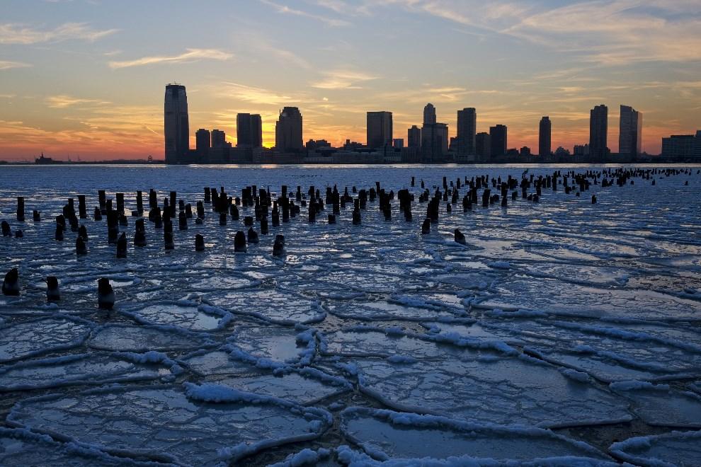 30.USA, Nowy Jork, 9 stycznia 2014: Zamarznięta rzeka Hudson. (Foto: Afton Almaraz/Getty Images)