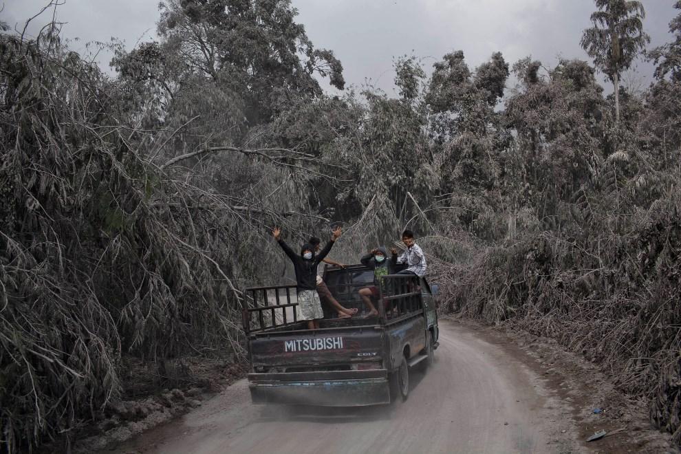 32.INDONEZJA, Tiga Pancur, 6 stycznia 2014: Samochód na drodze przykrytej popiołem i błotem wulkanicznym. (Foto: Ulet Ifansasti/Getty Images)