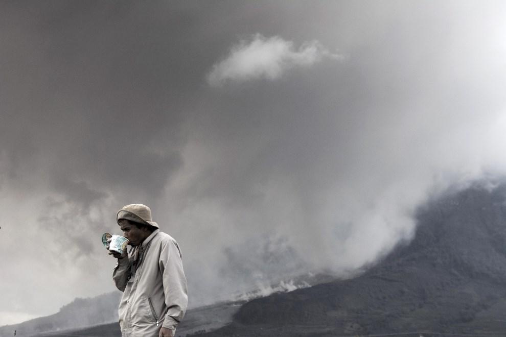 33.INDONEZJA, Suka Ndebi, 7stycznia 2014: Mieszkaniec Suka Ndebi  na tle wulkanu. EPA/JEFRI TARIGAN Dostawca: PAP/EPA.
