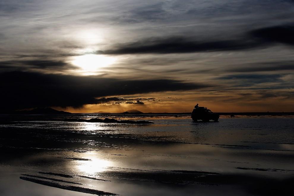 34.BOLIWIA, Uyuni, 11 stycznia 2014: Kibice opuszczają solnisko Salar de Uyuni. (Foto: Dean Mouhtaropoulos/Getty Images)