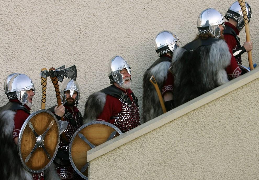 3.WIELKA BRYTANIA, Lerwick, 31 stycznia 2006: Mieszkańcy Szetlandów w strojach wikingów przybywają na paradę. JOHN D MCHUGH / AFP