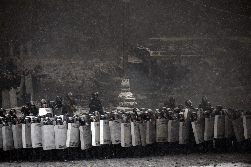 3.0 UKRAINA, Kijów, 22 stycznia 2014: Milicjanci zabezpieczający wejście na główny plac w mieście. AFP PHOTO/ VASILY MAXIMOV