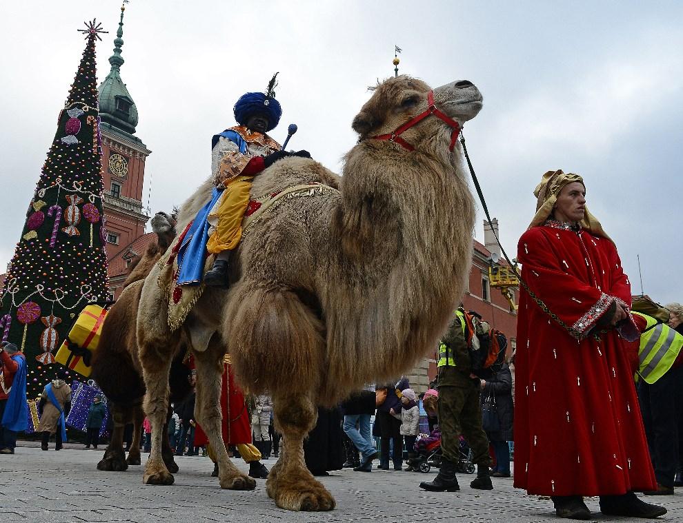 3.POLSKA, Warszawa, 6 stycznia 2014: Orszak Trzech Króli na ulicach Warszawy. AFP PHOTO / JANEK SKARZYNSKI