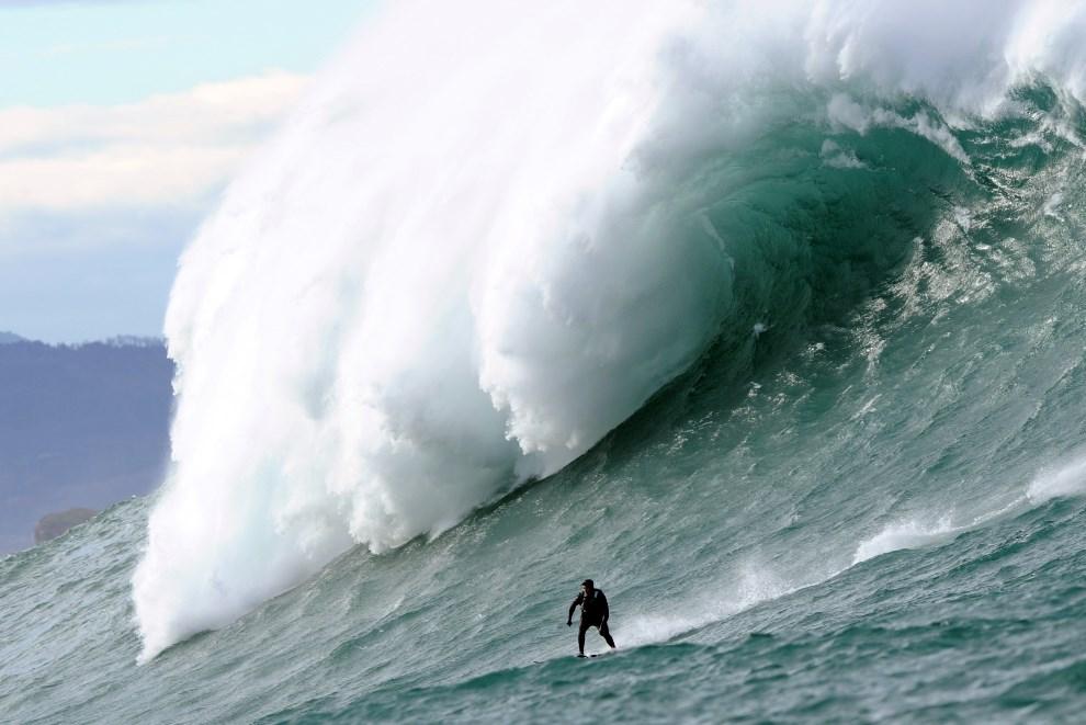 3.FRANCJA, Urrugne, 7 stycznia 2014: Surfer na ogromnych falach ok. 2 km od brzegu. AFP PHOTO / GAIZKA IROZ