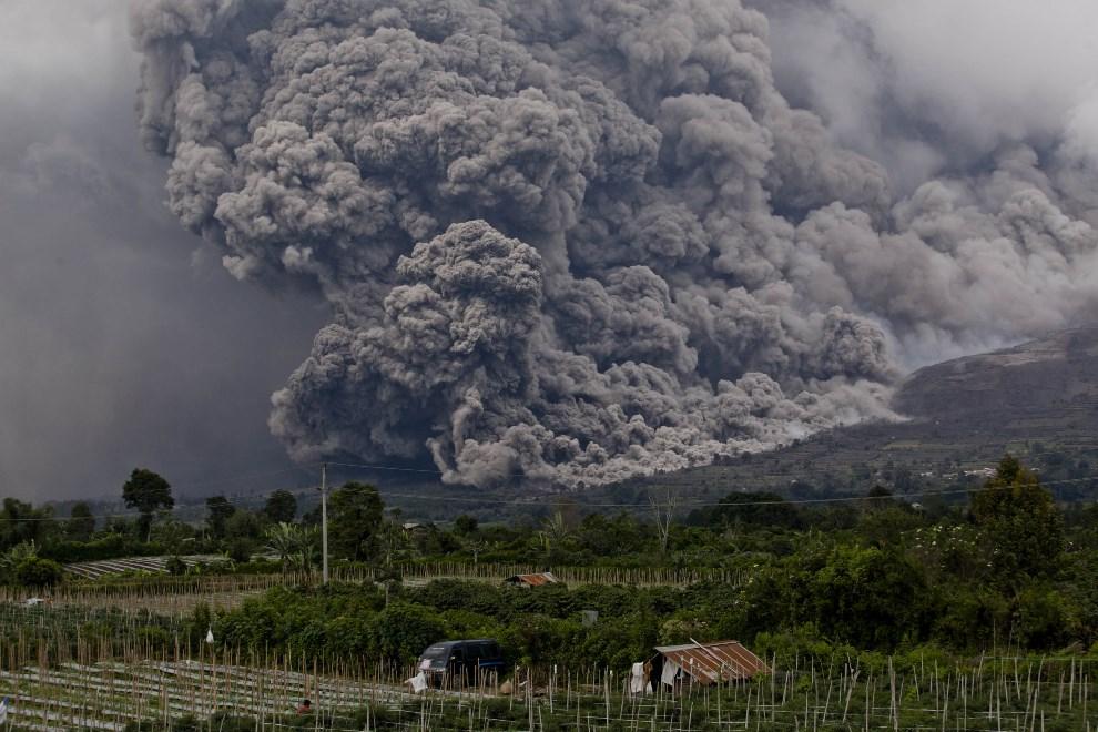 3.INDONEZJA, Simpang Empat, 4 stycznia 2014: Pył wulkaniczny unoszący się nad wzgórzem. (Foto: Ulet Ifansasti/Getty Images)