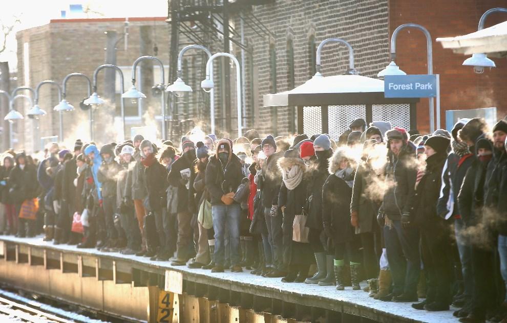 4.USA, Chicago, 7 stycznia 2014: Pasażerowie czekają na peronie na przyjazd kolejki miejską. Scott Olson/Getty Images/AFP