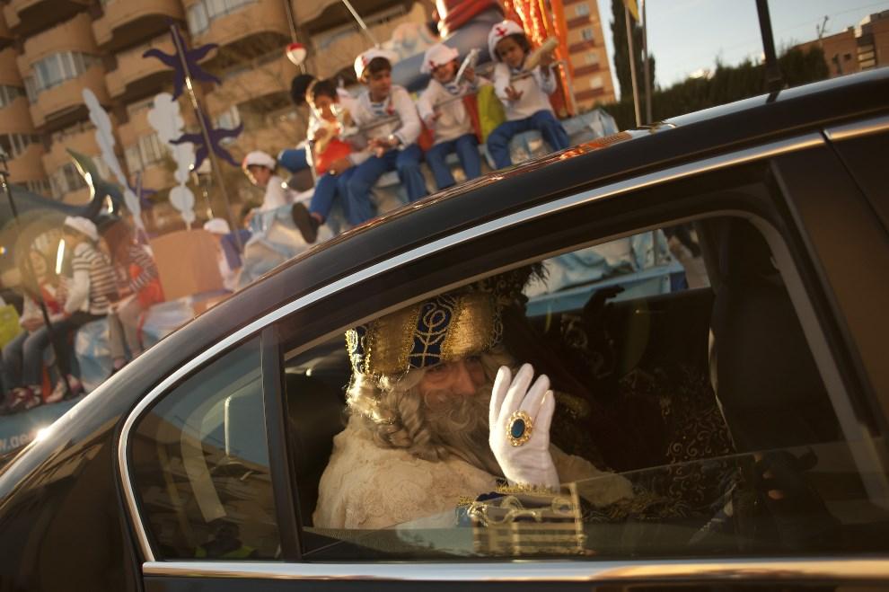 """4.HISZPANIA, Fuengirola, 6 stycznia 2014: """"Król Melchior"""" uczestniczący w paradzie. AFP PHOTO /JORGE GUERRERO"""