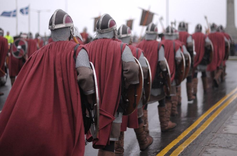 """4.WIELKA BRYTANIA, Lerwick, 26 stycznia 2010: Członkowie """"Viking Jarl Squad"""" podczas parady. AFP PHOTO/Carl de Souza"""