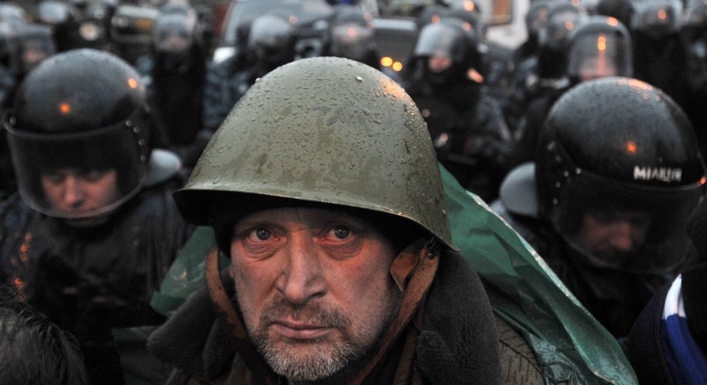 4.UKRAINA, Kijów, 12 stycznia 2014: Protestujący mężczyzna przed oddziałem milicji. AFP PHOTO / GENYA SAVILOV