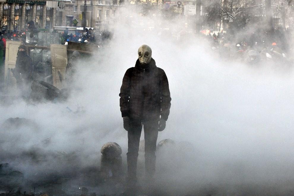 5.UKRAINA, Kijów, 23 stycznia 2014: Uczestnik protestów na Majdanie. AFP PHOTO/GENYA SAVILOV