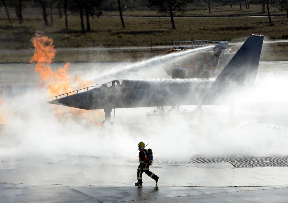 5.FRNCJA, Cazaux, 7 stycznia 2014: Ćwiczenia strażaków w wojskowej bazie lotniczej. AFP PHOTO JEAN PIERRE MULLER.