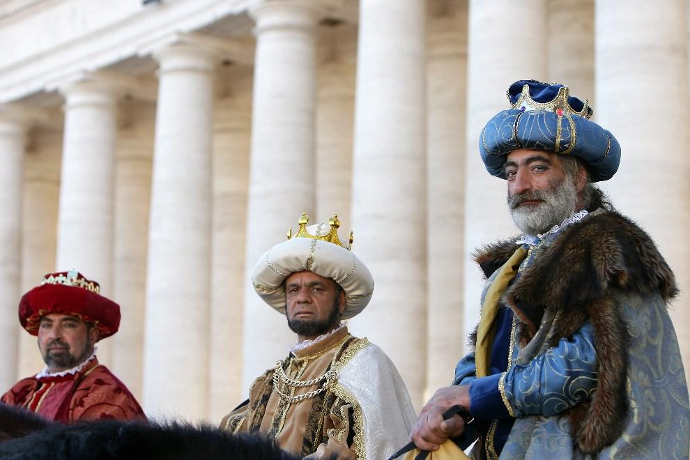 5.WATYKAN, 6 stycznia 2014: Mężczyźni w kostiumach Trzech Króli. (Foto: Franco Origlia/Getty Images)