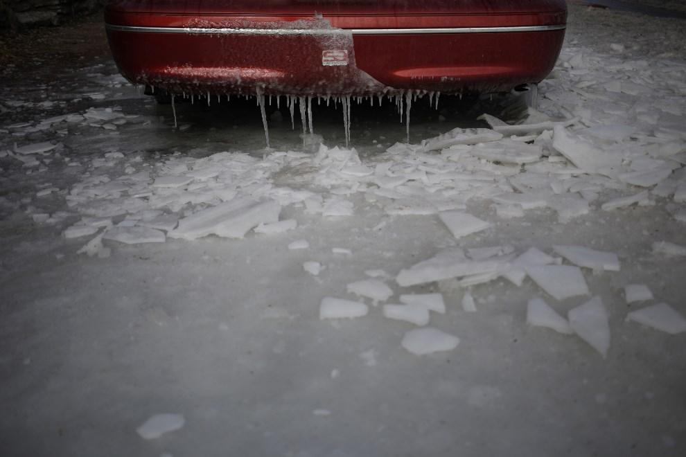 5.USA, Louisville, 7 stycznia 2014: Samochód zalany podczas akcji gaśniczej. (Foto: Luke Sharrett/Getty Images)