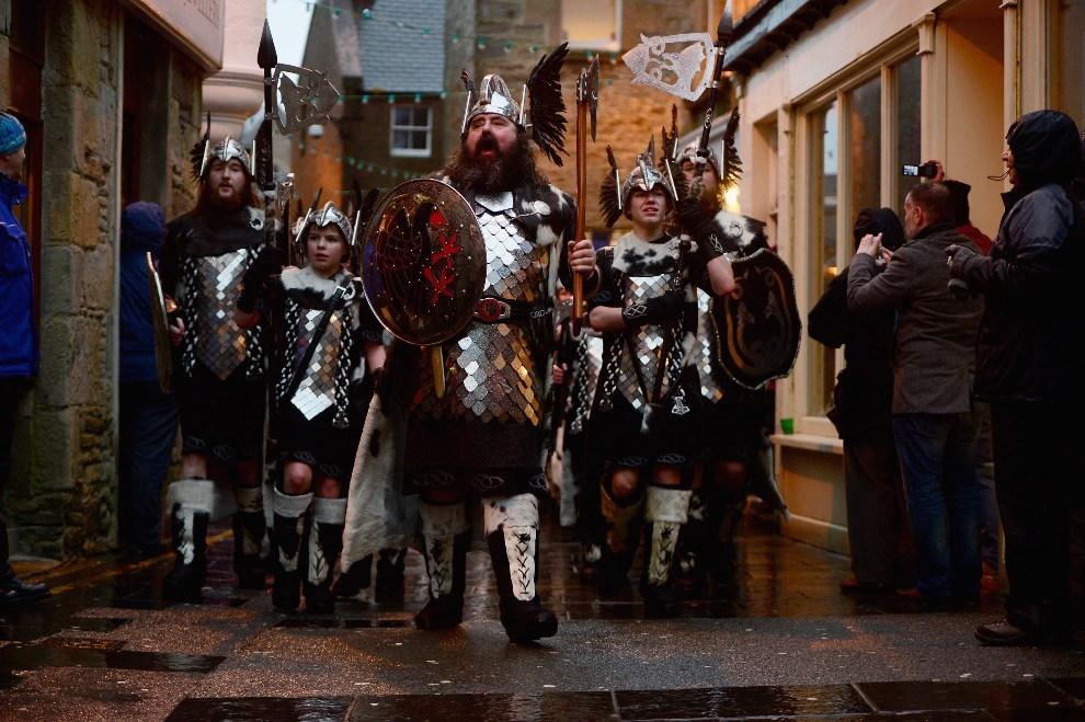 5.WIELKA BRYTANIA, Lerwick, 28 stycznia 2014: Mieszkańcy Lerwick przechodzą ulicami miasta. (Foto: Jeff J Mitchell/Getty Images)