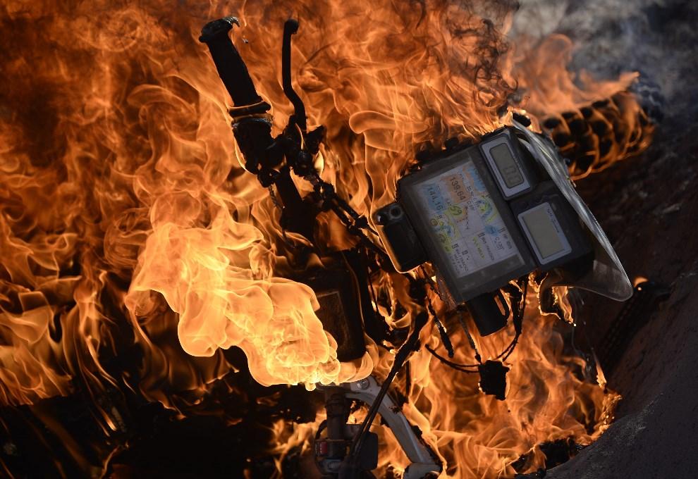 6.ARGENTYNA, Tucumán, 9 stycznia 2014: Honda należąca do Paulo Goncalvesa płonie na trasie Rajdu Dakar 2014. AFP PHOTO / FRANCK FIFE