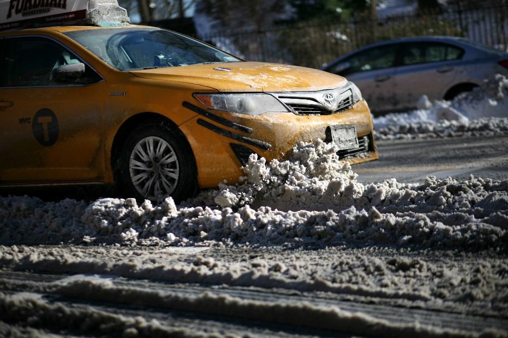 7.USA, Nowy Jork, 4 stycznia 2014: Taksówka przejeżdżająca przez zaspę śnieżną. Yana Paskova/Getty Images/AFP