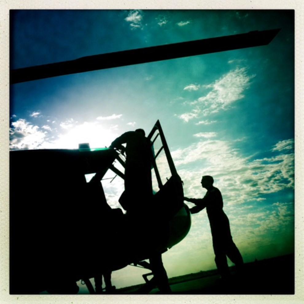 7.ARGENTYNA, Tucumán, 8 stycznia 2014: Piloci przygotowują śmigłowiec do startu. AFP PHOTO / FRANCK FIFE