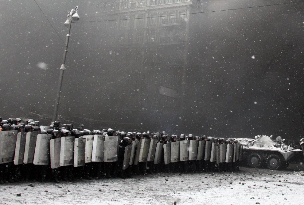 7.UKRAINA, Kijów, 22 stycznia 2014: Kordon milicji rozstawiony naprzeciw protestujących. AFP PHOTO/ ANATOLIY STEPANOV
