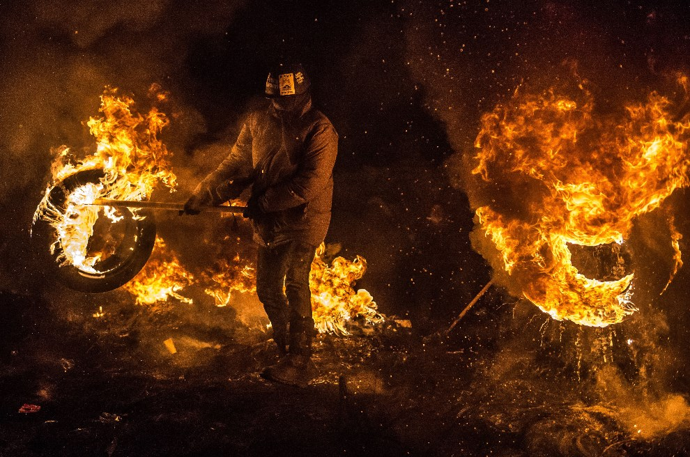 7.UKRAINA, Kijów, 24 stycznia 2014: Płonąca barykada z opon. AFP PHOTO / DMITRY SEREBRYAKOV