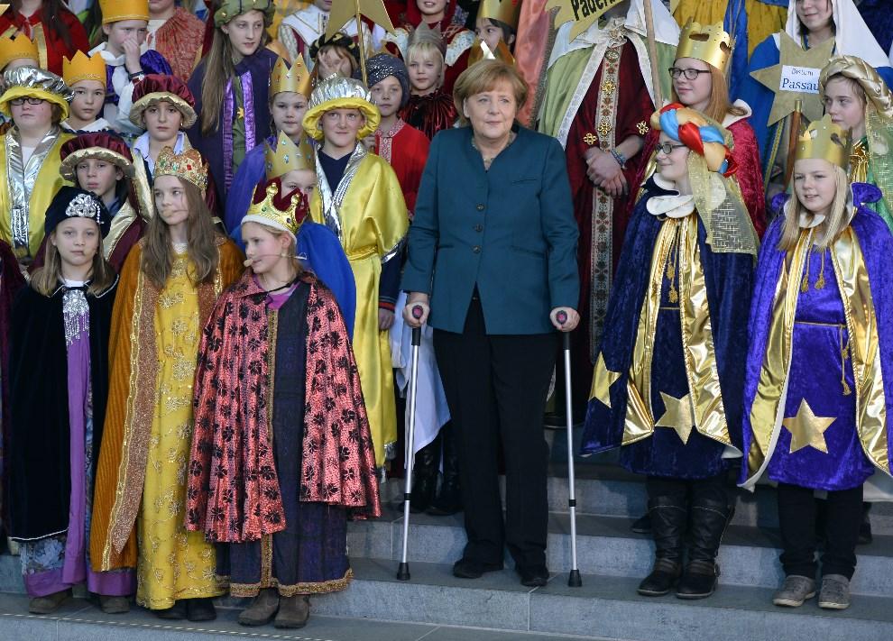 8.NIEMCY, Berlin, 7 stycznia 2014: Angela Merkel w otoczeniu kolędników. AFP PHOTO / ODD ANDERSEN