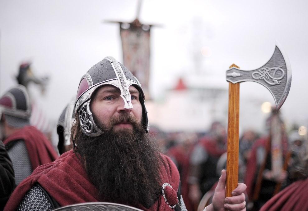 """8.WIELKA BRYTANIA, Lerwick, 26 stycznia 2010: Członek """"Viking Jarl Squad"""" przygotowuje się do parady. AFP PHOTO/Carl de Souza"""