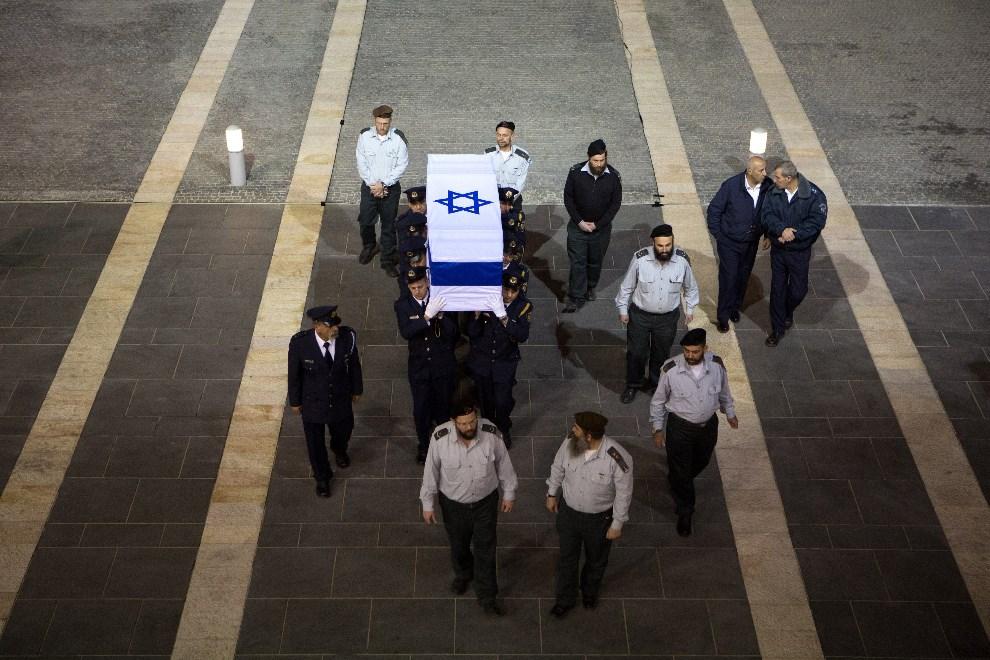 8.IZRAEL, Jerozolima, 12 stycznia 2014: Trumna z ciałem Ariela Sharona wnoszona do Knesetu. AFP PHOTO/MENAHEM KAHANA
