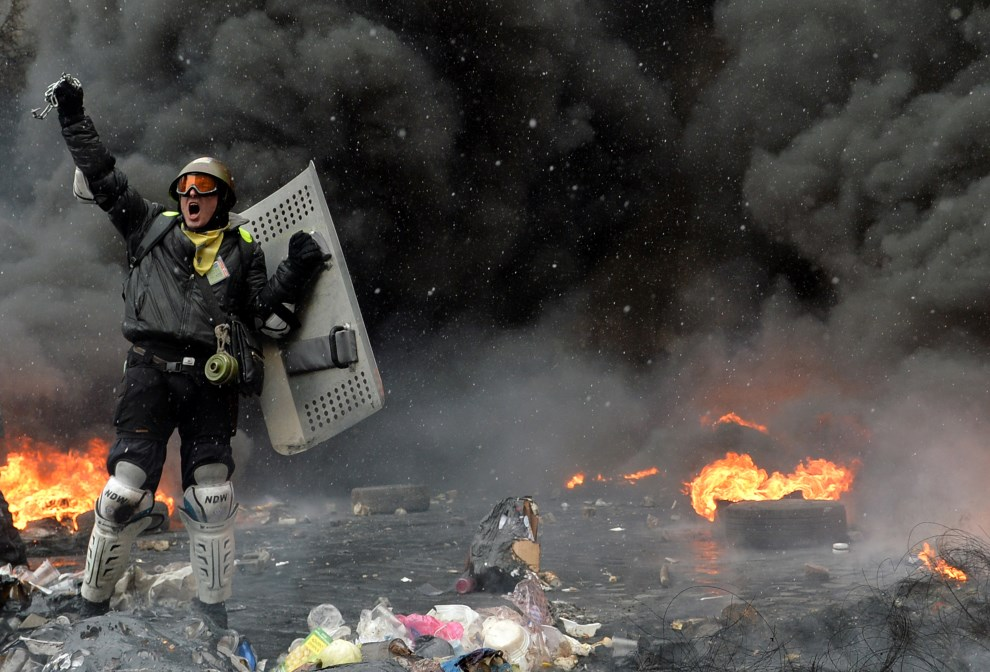 8.UKRAINA, Kijów, 22 stycznia 2014: Jeden z protestujących na Majdanie. AFP PHOTO / SERGEI SUPINSKY
