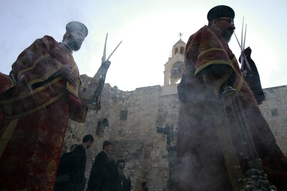 9.AUTONOMIA PALESTYŃSKA, Betlejem, 6 stycznia 2014: Procesja z udziałem patriarchy Jerozolimy, Teofila III. AFP PHOTO/MUSA AL-SHAER