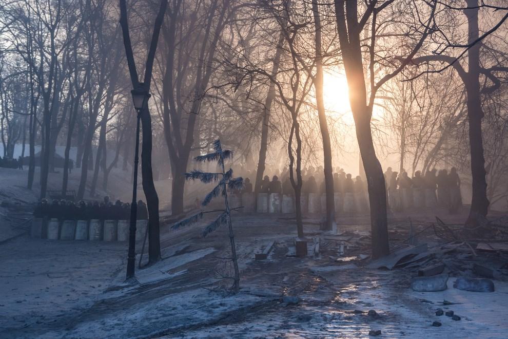 8.UKRAINA, Kijów, 24 stycznia 2014: Oddziały milicji zgrupowane w parku. (Foto: Brendan Hoffman/Getty Images)