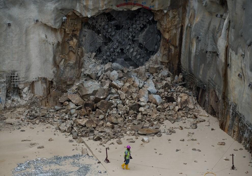 9.MALEZJA, Kuala Lumpur, 9 stycznia 2014: Maszyna drążąca przebija się przez warstwę skał. AFP PHOTO / MOHD RASFAN
