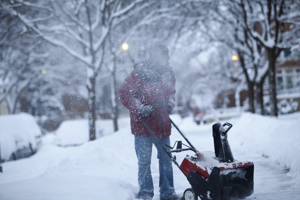 9.USA, Detroit, 6 stycznia 2014: Larry Thomas odśnieża chodnik przed swoją posesją. (Foto: Joshua Lott/Getty Images)