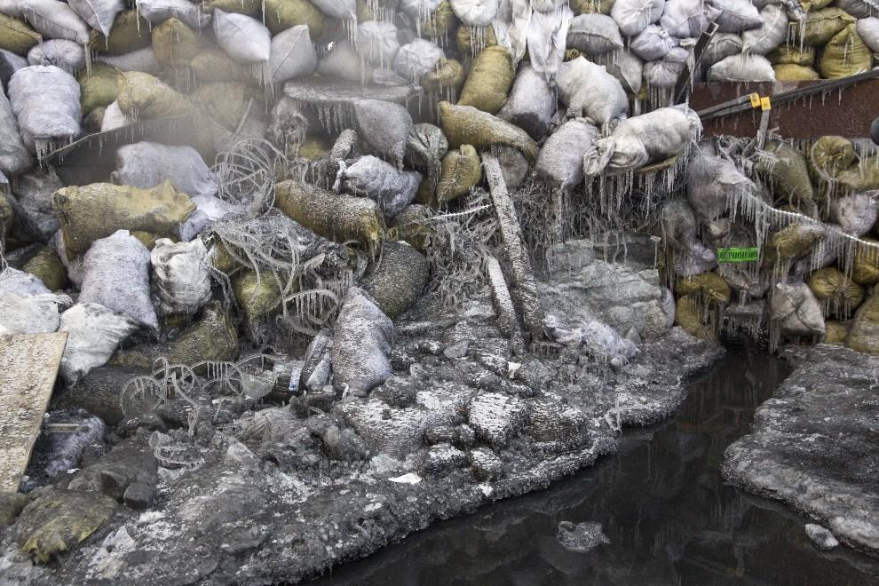 9.UKRAINA, Kijów, 25 stycznia 2014: Zamarznięta barykada w pobliżu stadionu Dynamo Kijów.  (Foto: Rob Stothard/Getty Images)