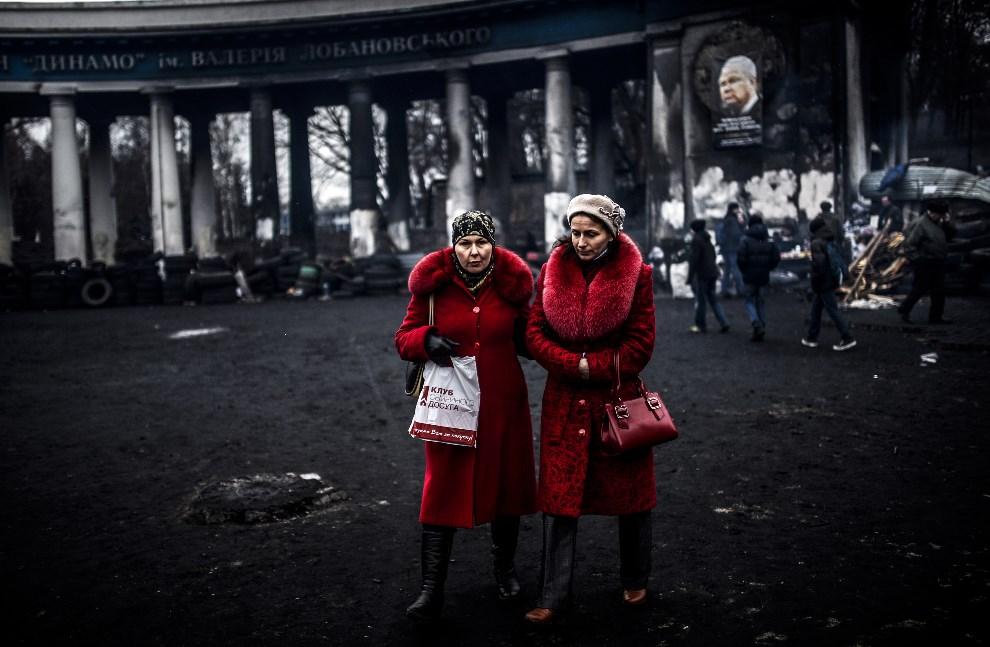 10.UKRAINA, Kijów, 25 lutego 2014: Kobiety przed stadionem klubu Dynamo Kijów. AFP PHOTO / BULENT KILIC