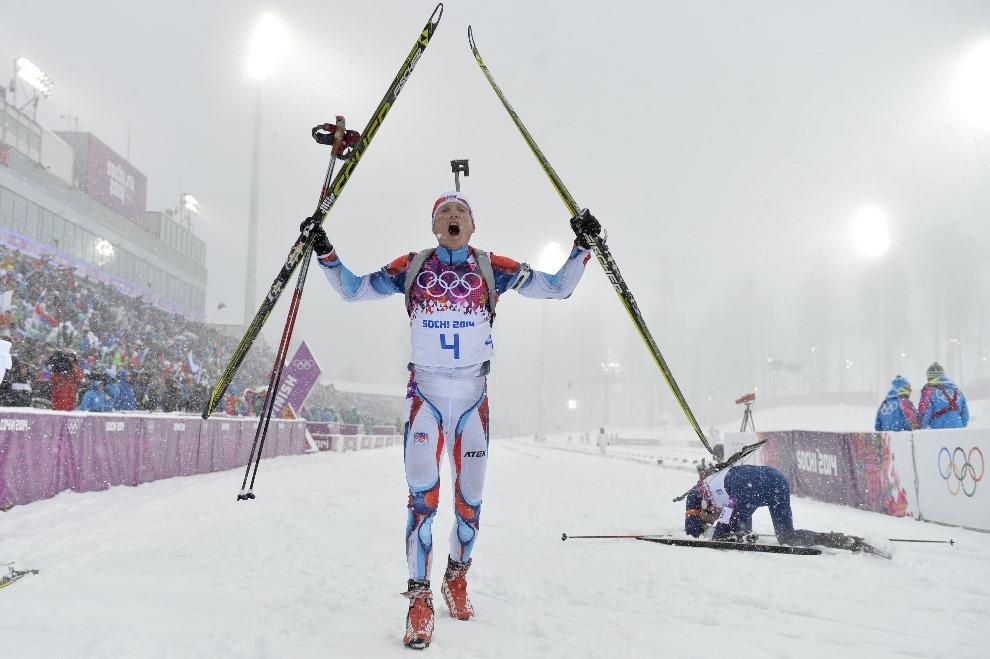 10. ROSJA, Krasna Polana, 18 lutego 2014: Czech Ondrej Moravec po zdobyciu brązowego medalu w biatlonie. AFP PHOTO / ODD ANDERSEN
