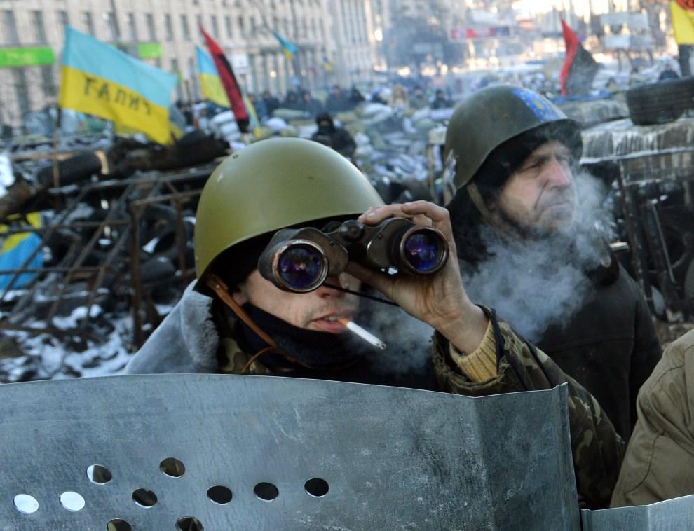 10. UKRAINA, Kijów, 31 stycznia 2014: Mężczyźni ma barykadzie w centrum Kijowa. AFP PHOTO/ SERGEI SUPINSKY