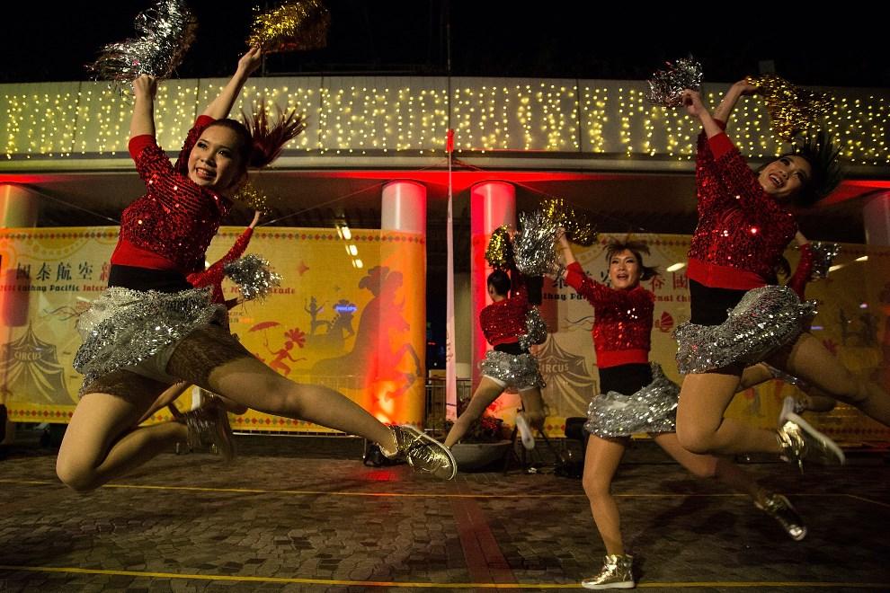 10.CHINY, Hongkong, 31 stycznia 2014: Tancerki występujące podczas parady noworocznej. (Foto:  Lam Yik Fei/Getty Images)