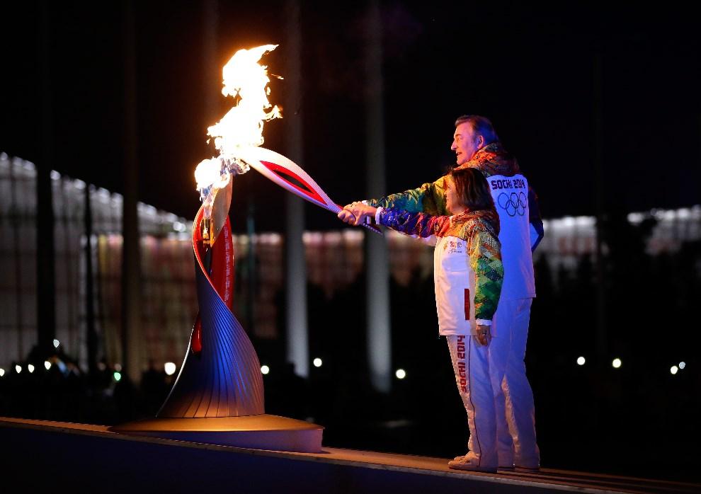10.ROSJA, Soczi, 7 lutego 2014: Irina Rodnina i Władisław Trietjak zapalają znicz Olimpijski w Soczi. (Foto: Matt Slocum - Pool/Getty Images)