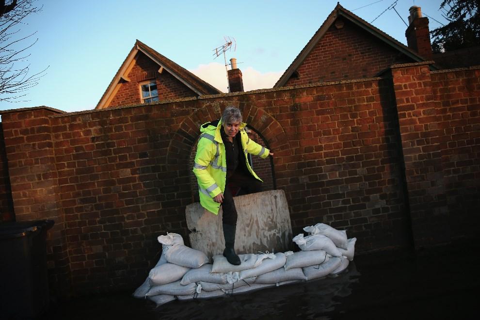 10.WIELKA BRYTANIA, Burghfield, 9 lutego 2014: Woda otaczająca jeden z budynków w Burghfield. (Foto: Dan Kitwood/Getty Images)