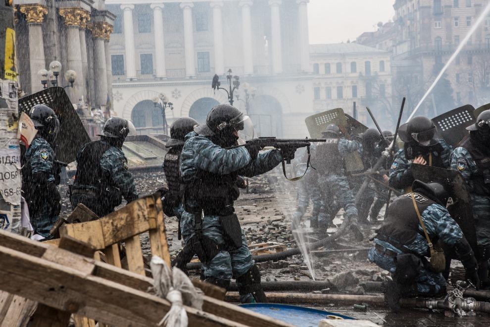 10.UKRAINA, Kijów, 19 lutego 2014: Berkut atakujący protestujących w Kijowie. (Foto: Brendan Hoffman/Getty Images)
