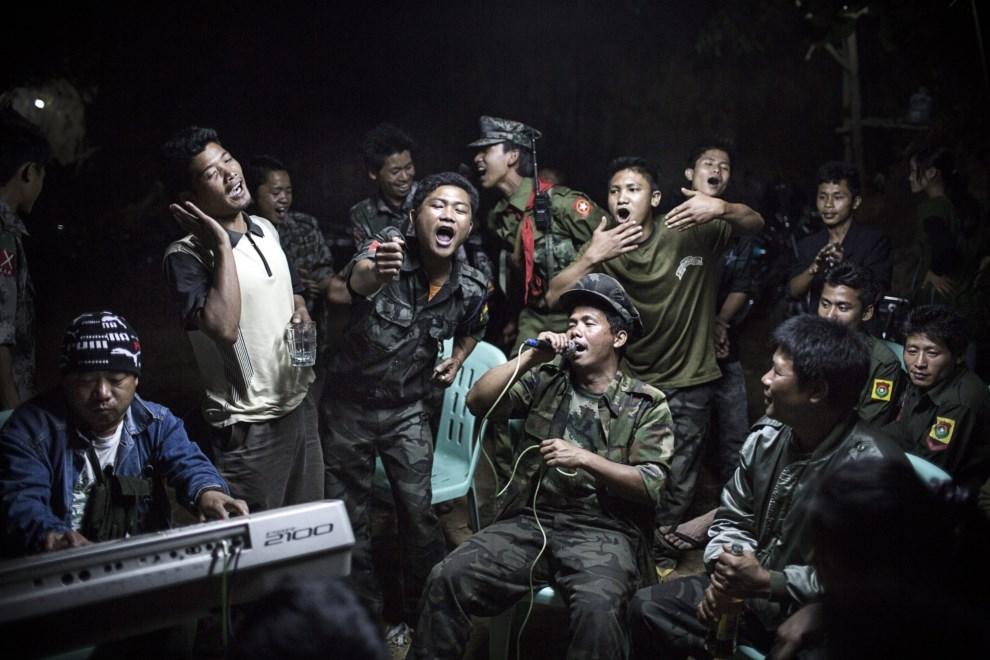10.MJNAMA, 15 marca 2013: Rebelianci po zakończeniu uroczystości pogrzebowych swojego towarzysza, zabitego przez armię rządową. EPA/JULIUS SCHRANK / DE VOLKSKRANT