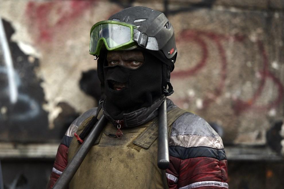 11. UKRAINA, Kijów, 29 stycznia 2014: Jeden z uczestników protestów na Majdanie. AFP PHOTO / ARIS MESSINIS