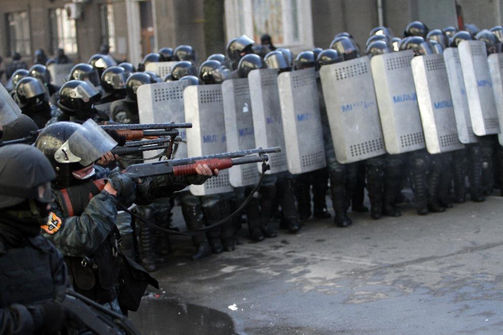 11.UKRAINA, Kijów, 18 lutego 2014: Milicjanci mierzący z broni w kierunku protestujących. AFP PHOTO/ ANATOLII BOIKO