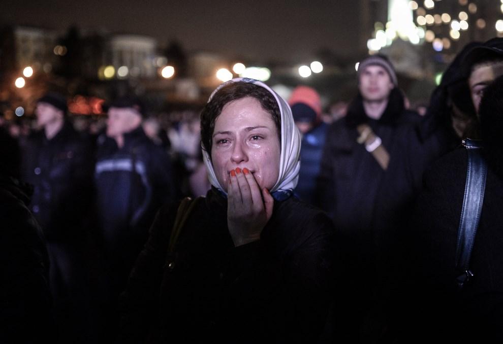 11.UKRAINA, Kijów, 22 lutego 2014: Płacząca kobieta na Placu Niepodległości. AFP PHOTO/ BULENT KILIC