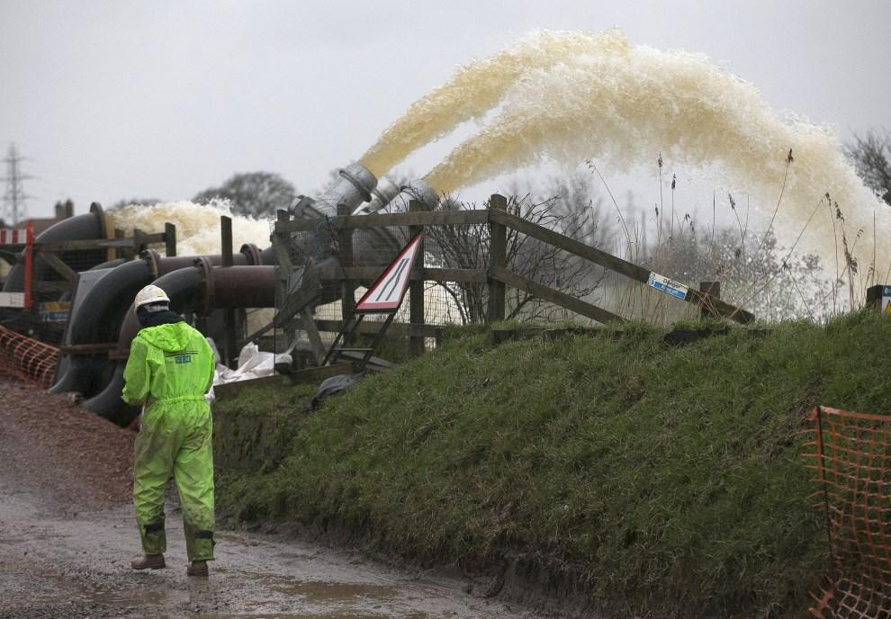 11.WIELKA BRYTANIA, Bridgwater, 6 lutego 2014: Przepompownia usuwająca nadmiar wody z okolicy. (Foto: Matt Cardy/Getty Images)
