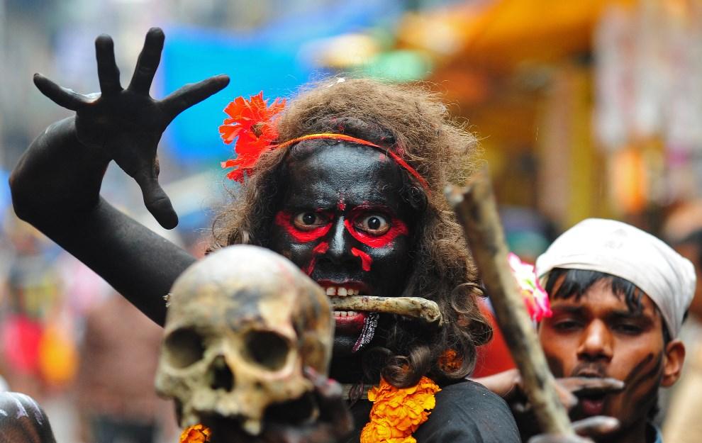 12.INDIE, Allahabad, 27 lutego 2014: Mężczyzna z ludzką czaszką i kośćmi, podczas procesji religijnej. AFP PHOTO/SANJAY KANOJIA