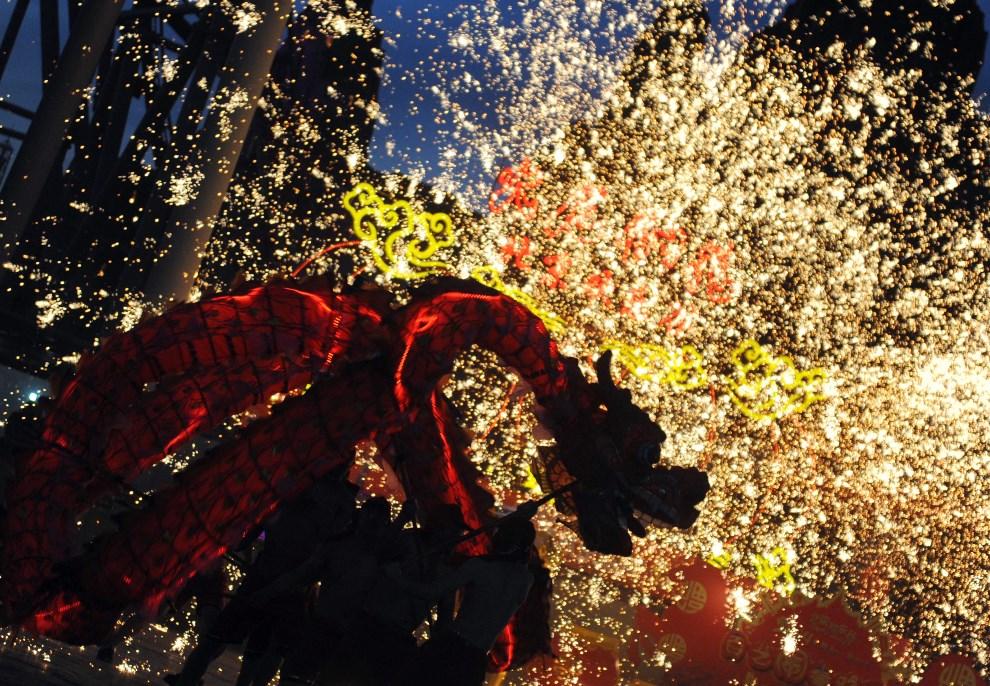 """12.CHINY, Pekin, 3 lutego 2014: Tancerze wykonujący """"taniec smoka"""" podczas parady noworocznej. AFP PHOTO"""