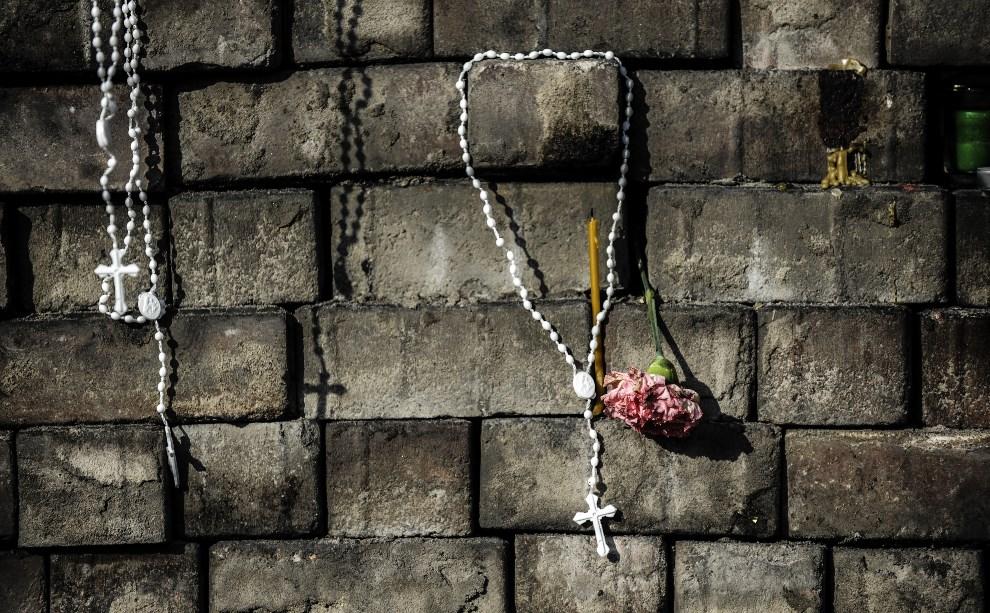 12.UKRAINA, Kijów, 24 lutego 2014: Tymczasowy pomnik upamiętniający ofiary walk na Majdanie. AFP PHOTO/ BULENT KILIC