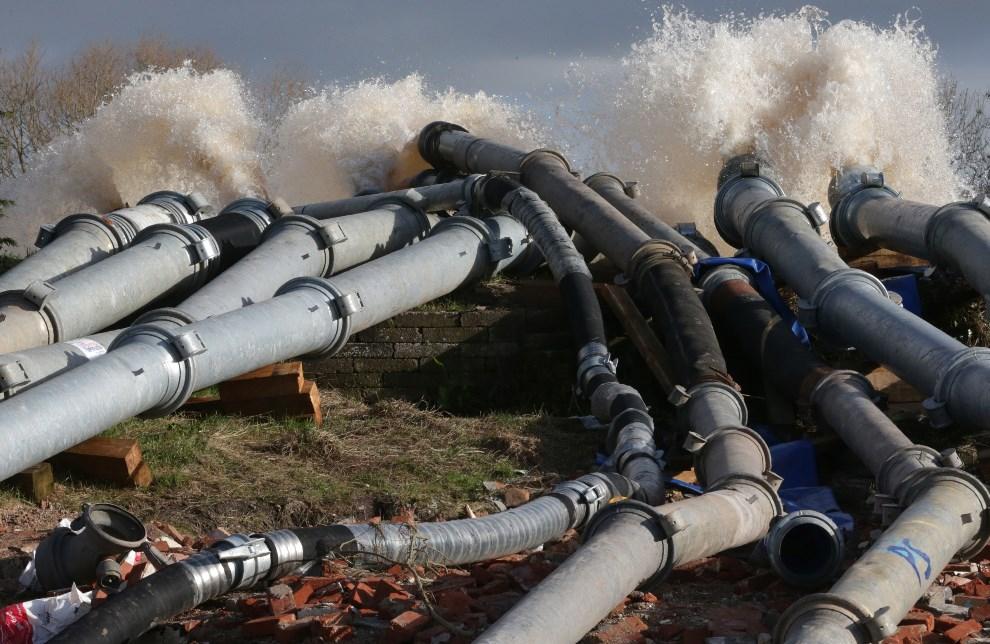 12.WIELKA BRYTANIA, Burrowbridge, 10 lutego 2014: Wypompowywanie wody z zalanych obszarów. (Foto: Matt Cardy/Getty Images)