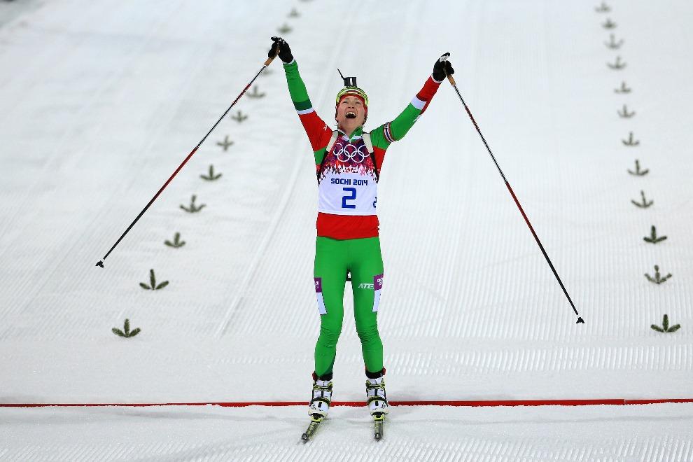 12. ROSJA, Soczi, 17 lutego 2014: Daria Domraczewa  (Białruś) jako pierwsza przekracza linię mety w wyścigu na dystansie 12,5 km ze startu wspólnego. (Foto:   Richard Heathcote/Getty Images)